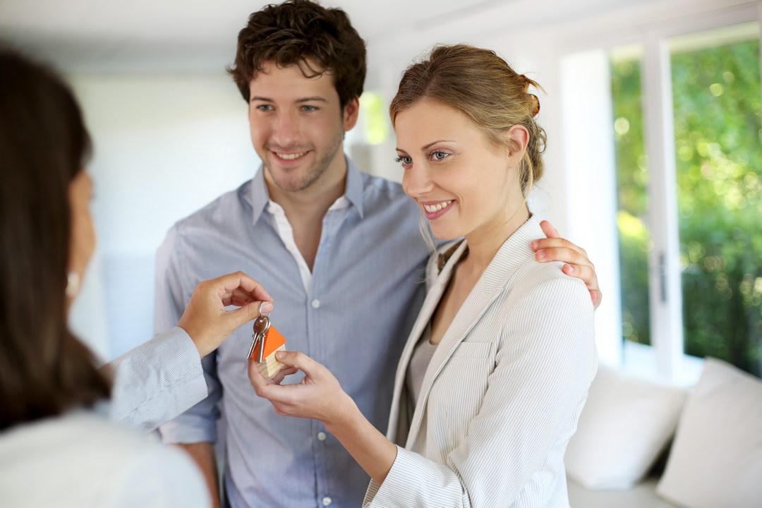 Родители жены – богатые люди. Подарили на свадьбу квартиру, а теперь не дают мне там прописаться