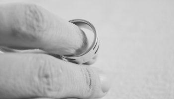 Спустя 15 лет узнала, что муж жил на две семьи