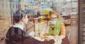 Первое свидание в кафе, и он просит «раздельный счёт». Это нормально?