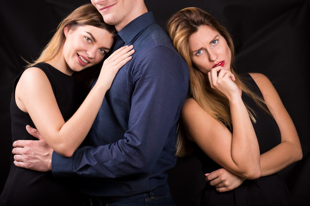 Поймала мужа на измене, а он и не оправдывался, и предложил жить втроем. Как можно было такое придумать?