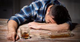 Жена больше не хочет жить с алкоголиком. Но он мой отец! Если уйдём, человек пропадёт! Передо мной стоит ужасный выбор