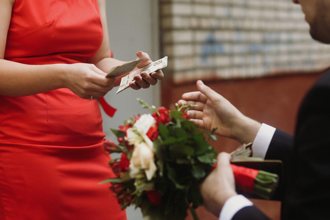 Свёкры дают деньги нам на свадьбу под «небольшие» проценты. Разве родители должны так себя вести?