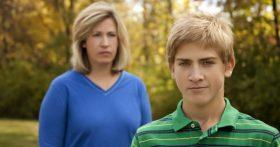 11 лет назад под давлением матери я оставила в роддоме сына. Хочу его вернуть, но он меня презирает