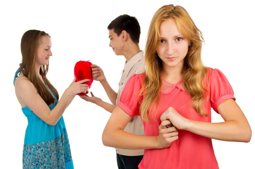 Больше не верю в женскую дружбу. Моя «лучшая подруга» подставила на работе и увела парня. Как можно было так предать?
