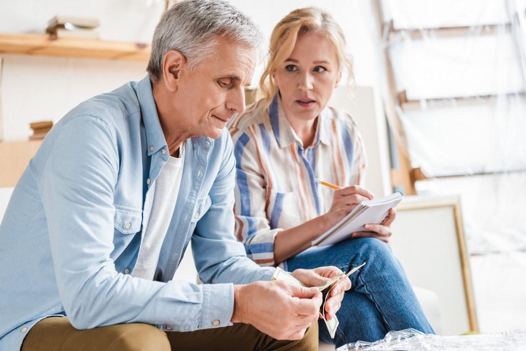 Муж контролирует семейные финансы, даже моя зарплатная карта у него. Разве нормально, что я прошу деньги на продукты?