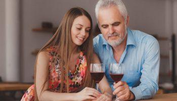 Отцу – 62, он вдовец. Встречается с моей ровесницей, на 30 лет моложе себя. Как объяснить папе, что его используют?