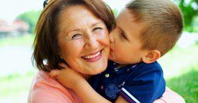 Между мной и сыном постоянно стоит свекровь. Как я устала от ее активной помощи и указов, а что делать?