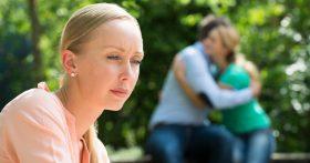 Позвонила любовница мужа. Он раскаивается и жалеет, но как с этим жить?