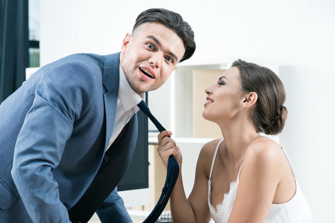 Подруга жены призналась мне в любви. И что мне делать? Стоит ли рассказать жене? Обидно за неё, она дружит с такой змеёй