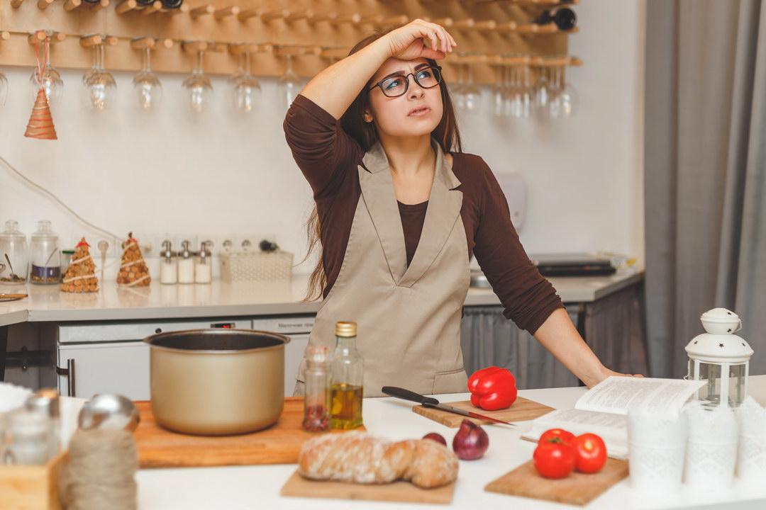 Смысл женитьбы для мужчины - найти кухарку и домработницу? Я не вылезаю с кухни, а муж все ест и ест!
