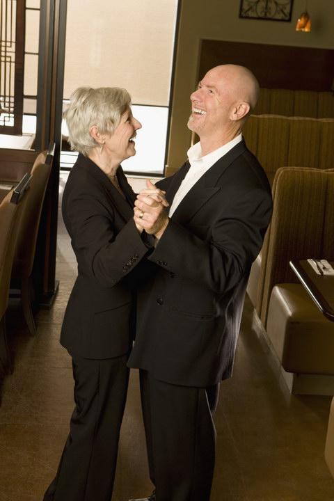 Мать прожила жизнь вдовой, а в 55 собралась замуж за подозрительного типа. Зачем ей это в таком возрасте? Как отговорить