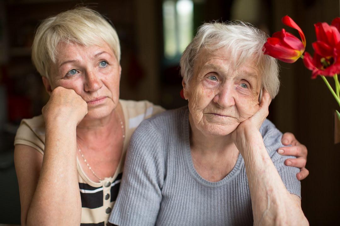 Забрала старенькую мать жить к себе. Муж с ней вежлив, сын обожает её, а мне так тошно, что домой идти не хочется…