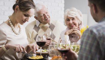 Это бред, но муж запрещает тратить деньги на моих стариков. Я обязана им жизнью и деньги мои. Как он не понимает?