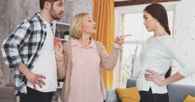 Свекровь любит своего сына и внучку, а меня постоянно изводит. Чего она добивается? Развода? Как угомонить эту женщину?