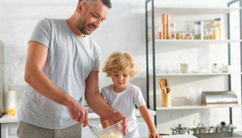 Это не нормально: деньги в семью приносит дочь, а зять прохлаждается дома, что за мужики пошли?