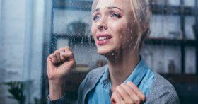 Когда муж ушел из семьи ко мне, я посчитала это нормой. Но сейчас он уходит от меня — и это больно