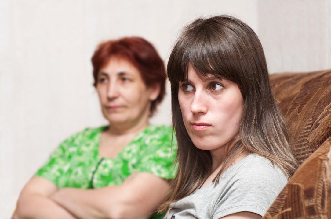 К 40 годам у меня ни семьи, ни детей. И так тошно, а мать ежедневно донимает, когда я найду мужа. Как это прекратить?