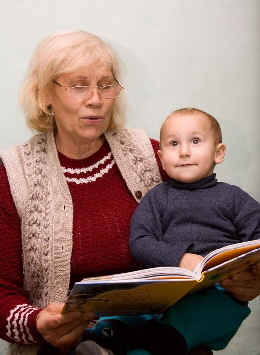 Невестка сбежала, сын тоже безответственный. А я одна в 68 лет воспитываю внука и больше не справляюсь. Как поступить?
