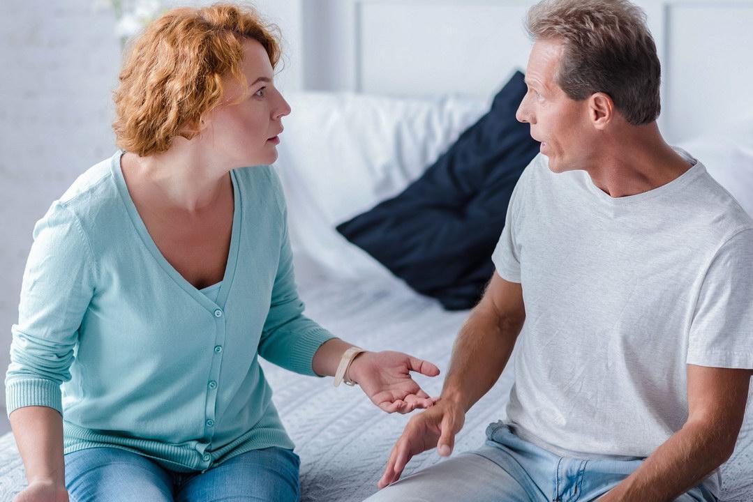 помогаю состоятельным людям по хозяйству, а муж считает, что в наши дни быть прислугой унизительно