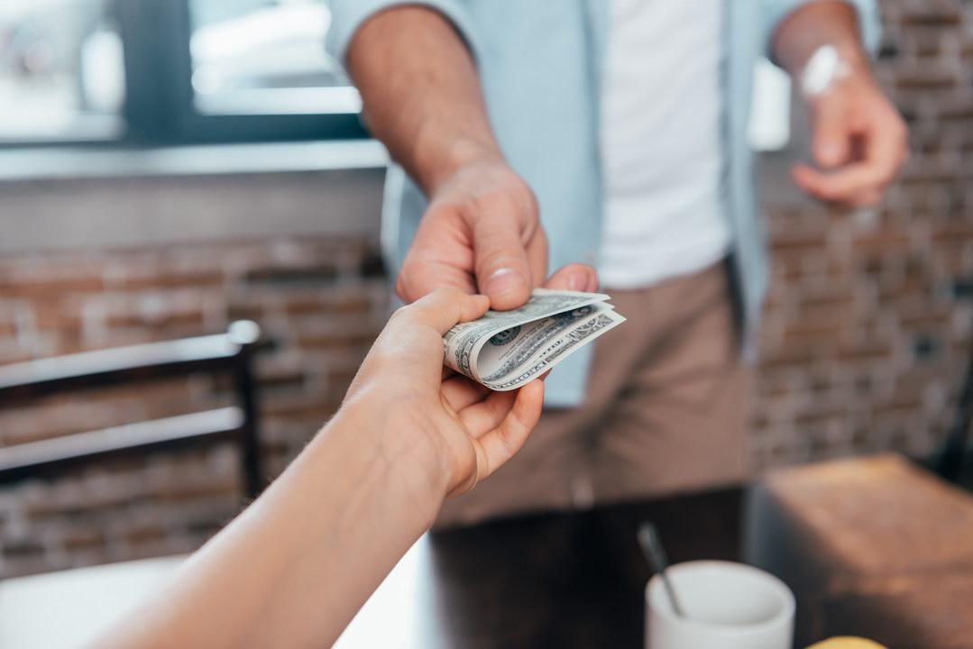 Он сам обманываться рад: муж не хочет признавать, что дочери от первого брака нужны только его деньги