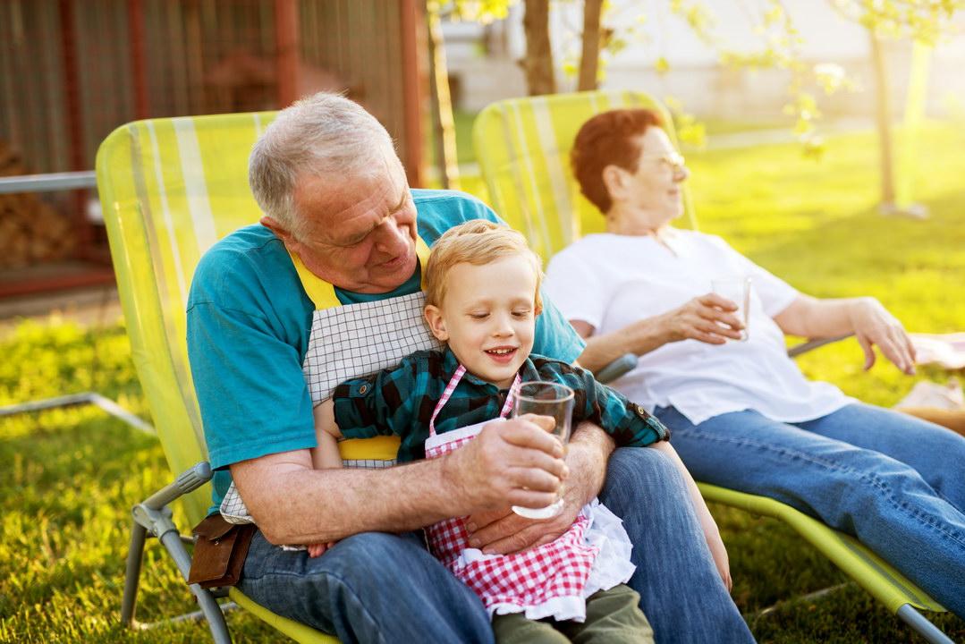 Родители должны воспитывать, а бабушки и дедушки только любить внука. Такая моя позиция