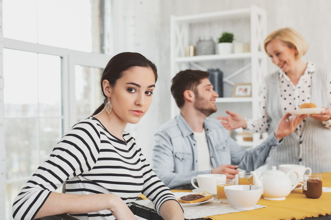 Люблю мужа, но терпеть не могу его наглых родственников. Как мне быть?