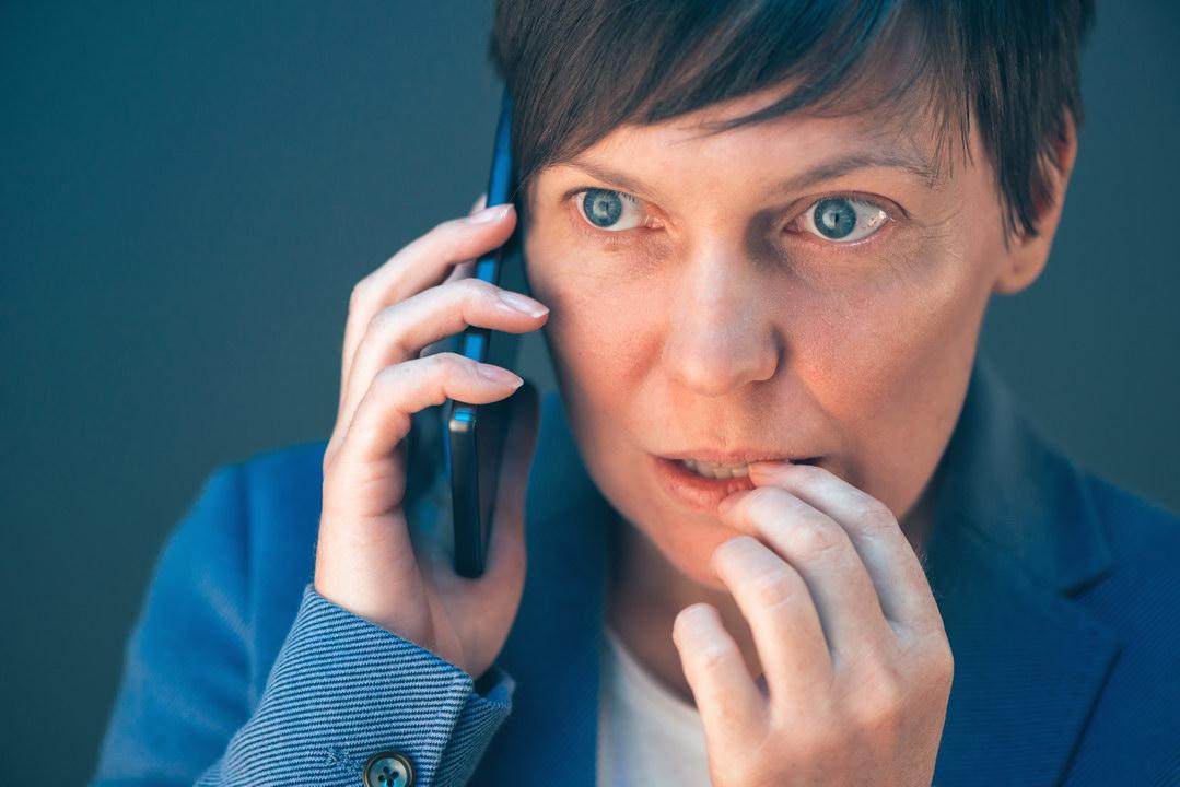 Любовница мужа названивает мне и просит его отпустить. Решила выждать и просто молчу. Правильно ли я поступаю?