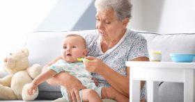 Рискуя здоровьем внука, бабушка кормит его запрещенными продуктами. Как бороться и при этом не испортить отношения?