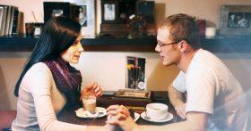 Муж стал после работы с коллегой заезжать в кафе ужинать. Нормально? Он говорит, что я делаю из мухи слона