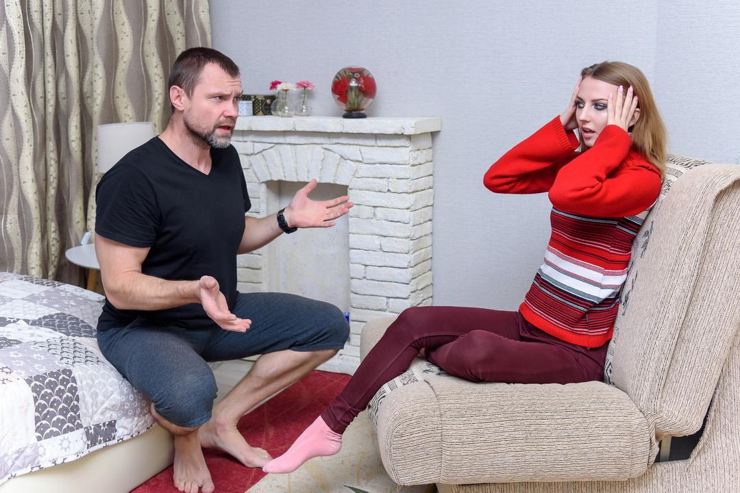 Давал ей деньги, оплачивал квартиру, продукты. Через 2 года узнал: свою квартиру сдаёт, зарплата больше моей. Нормально?